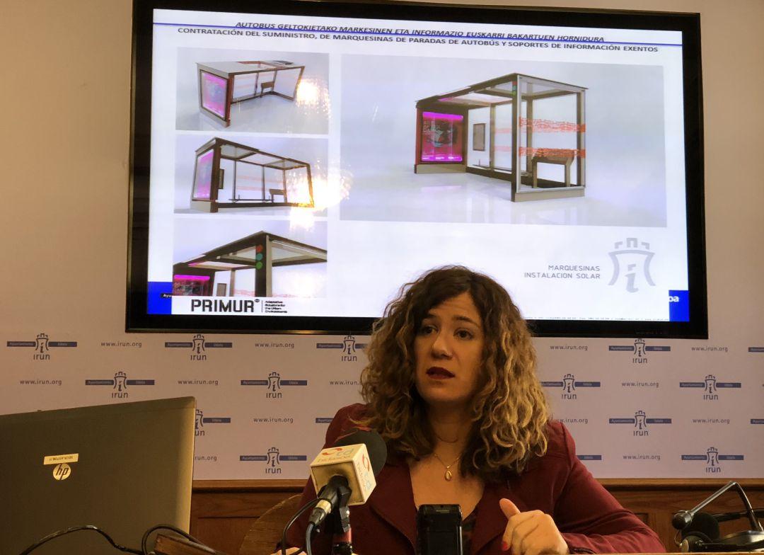 Cristina Laborda, delegada de Movilidad, hablando de las futuras marquesinas para Irun.