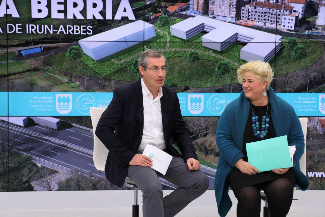 Markel Olano y Maite Peña, anunciando el procedimiento para contratar las obras del nuevo centro residencial de Arbes.