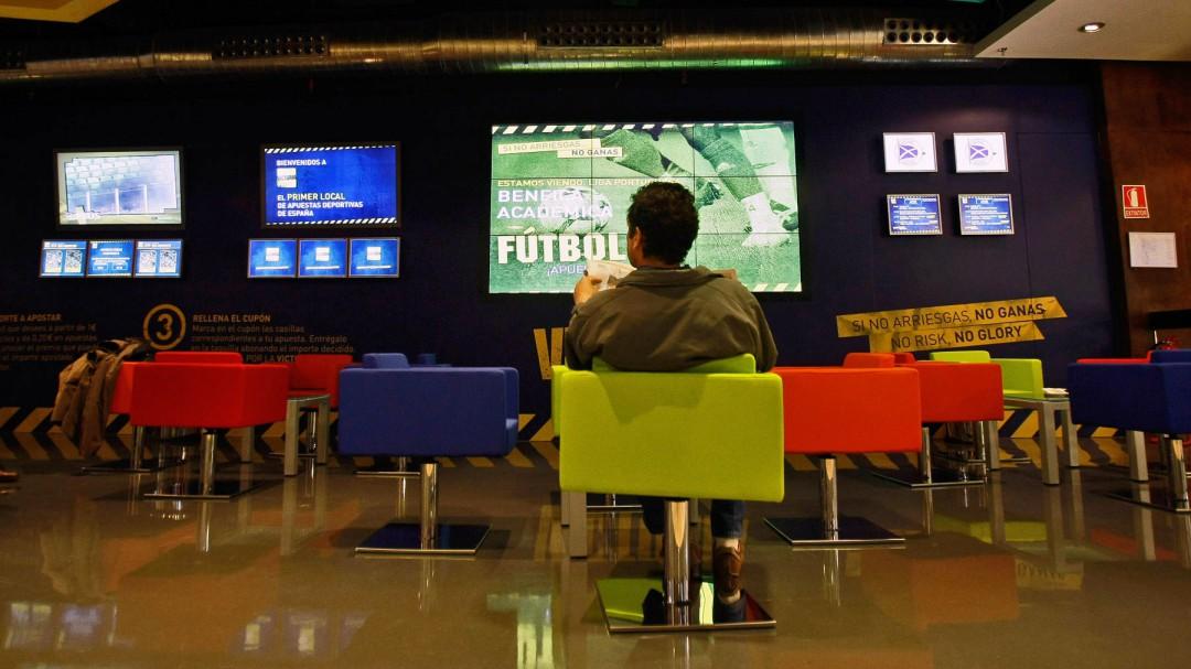 Café con bollo a un euro, la nueva puerta de entrada al laberinto del juego