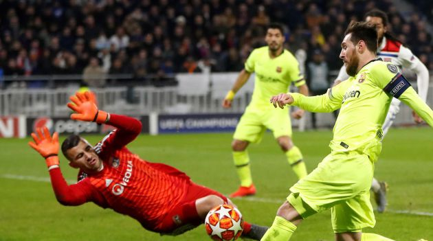 Messi trata de rematar ante Anthony Lopes