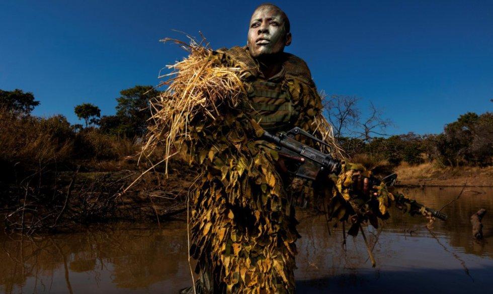 La fotografía muestra a una miembro de una unidad contra la caza furtiva en Zimbabue.
