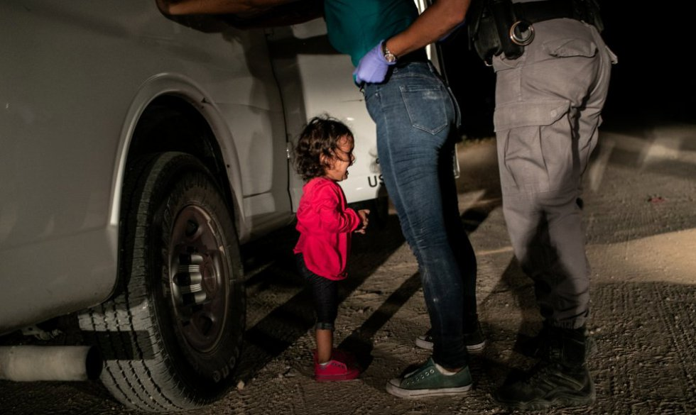 La imagen muestra a una niña hondureña retenida en la frontera entre Estados Unidos y México. Se hizo viral en junio de 2018 para visualizar la política de separación familiar en la frontera ordenada por el presidente Donald Trump.