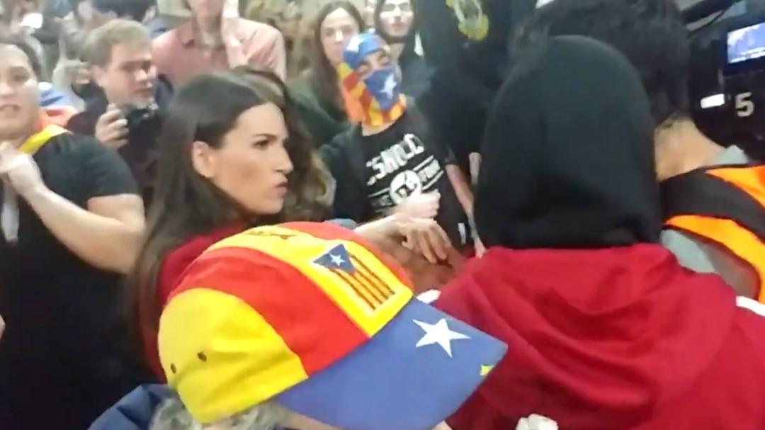 """Boicotean a dos reporteras que informaban en las protestas de Barcelona: """"Nos han roto el cable"""""""