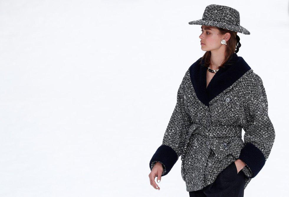 Una modelo luce una creación de la última colección otoño/invierno 2019-2020 del fallecido diseñador Karl Lagerfeld para Chanel