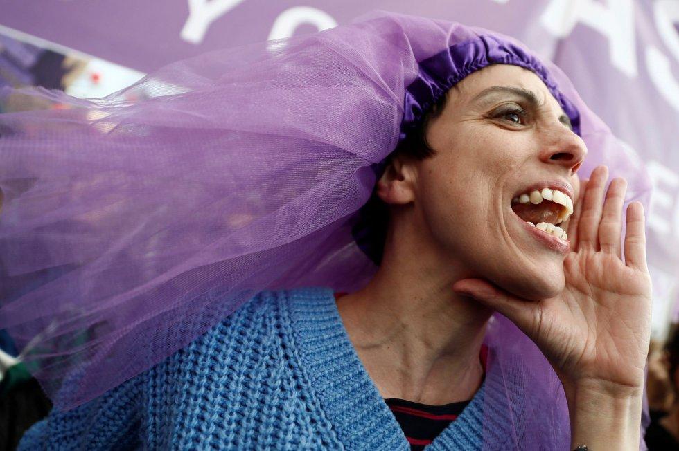 """Una de las participantes en la marcha feminista de Madrid celebrada hoy con motivo del Día de la Mujer bajo el lema """"Somos imparables, ¡feministas siempre!"""""""