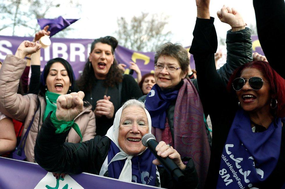 """Nora Morales de Cortiñas, psicóloga, militante y defensora de los derechos humanos argentina, cofundadora de la Madres de Plaza de Mayo, junto a varias de las participantes en la marcha feminista de Madrid celebrada hoy con motivo del Día de la Mujer bajo el lema """"Somos imparables, ¡feministas siempre!"""""""