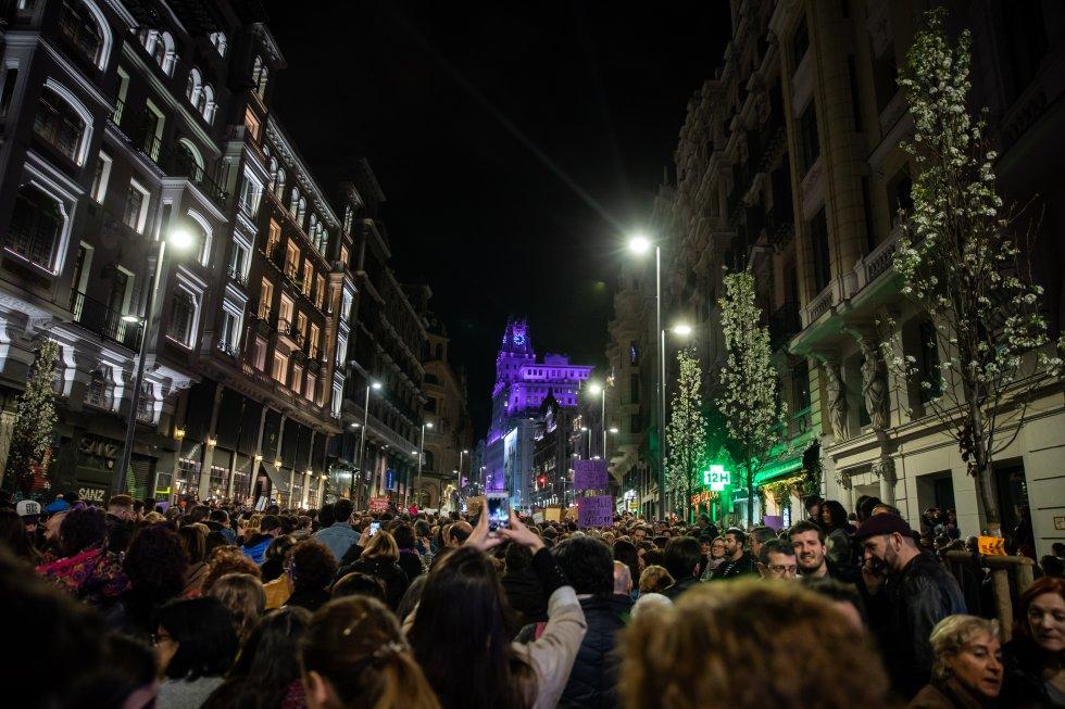 Abarrotada la Gran Vía de Madrid durante las marchas feministas del 8 de marzo