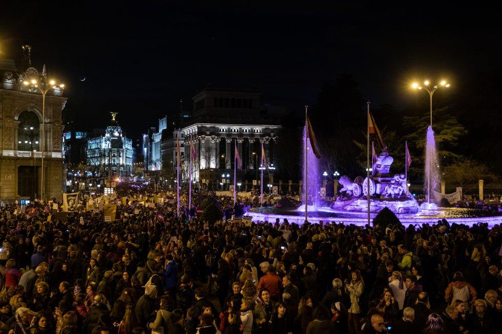 Así estaba la Plaza de Cibeles cuando la marcha feminista ponía rumbo hacia la Plaza de España