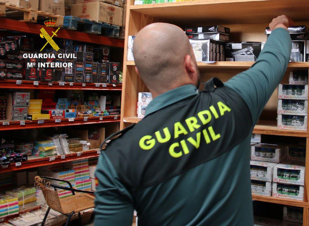 d33a7a54b0c Imagen de un agente durante el registro a uno de los locales inspeccionados