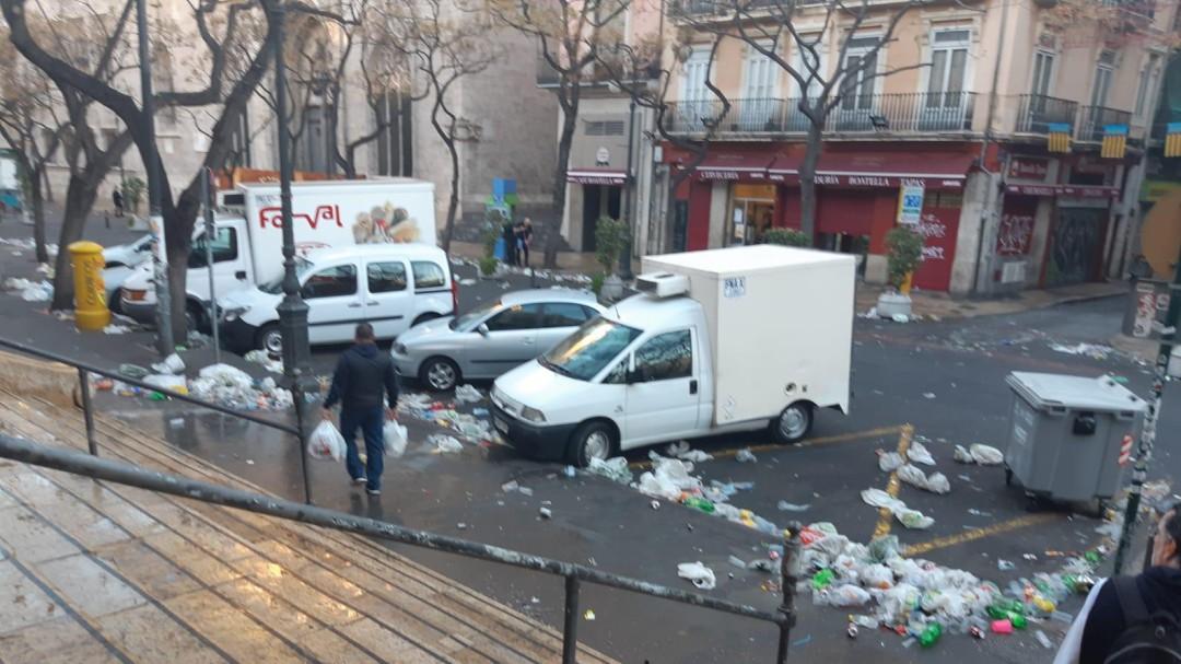 Consecuencias de las verbenas de Fallas: Así ha amanecido el entorno de La Lonja