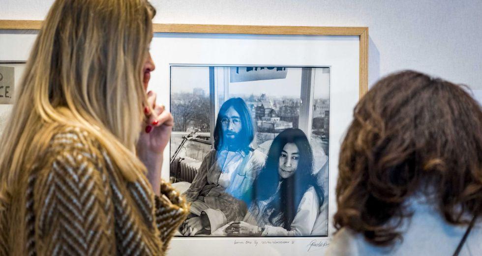 Un buen año para visitar Holanda. Se cumplen 350 años de la muerte de Rembrandt y las ciudades de la Edad de Oro holandesa le rinden tributo. En la imagen, la exposición fotográfica en Amsterdam homenaje a John Lennon y Yoko Ono.