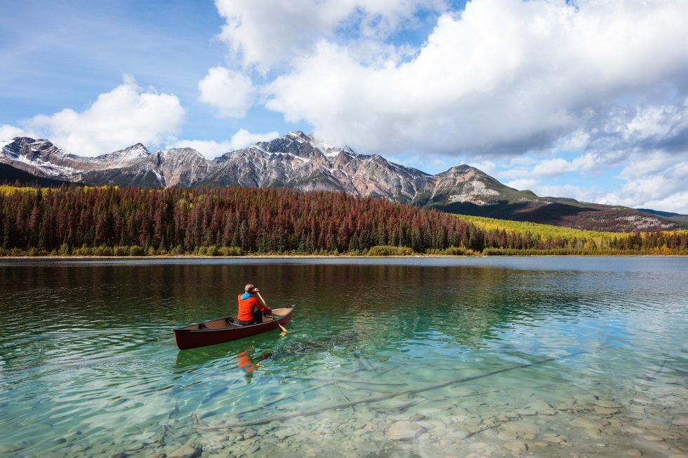 Un hombre en canoa en el lago Patricia, en el parque nacional de Jasper en Alberta (Canadá).