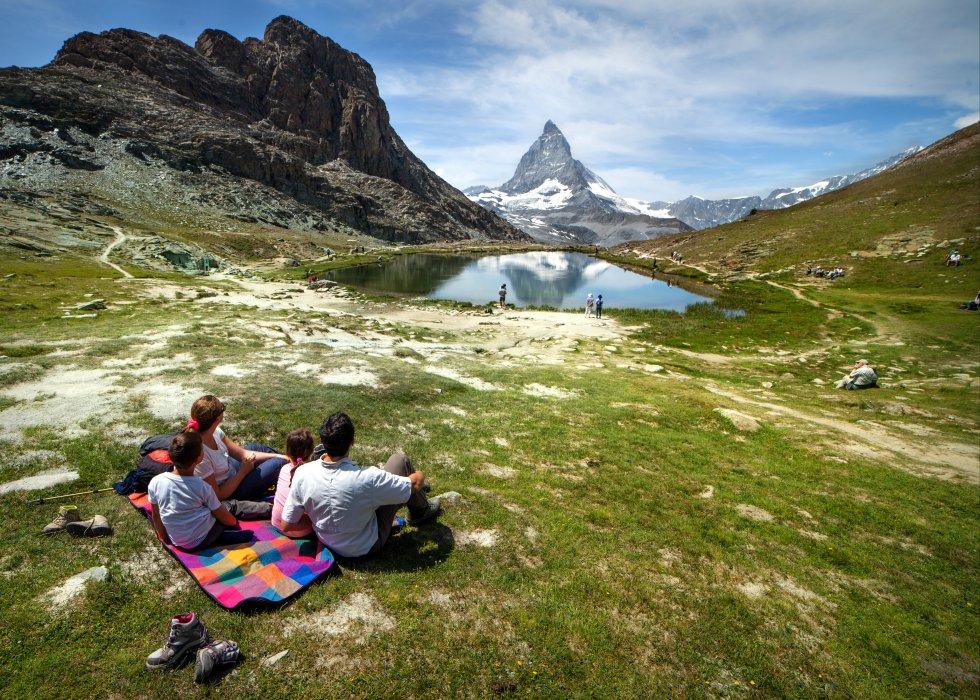 Una familia descansa frente al Matterhorn (Suiza).