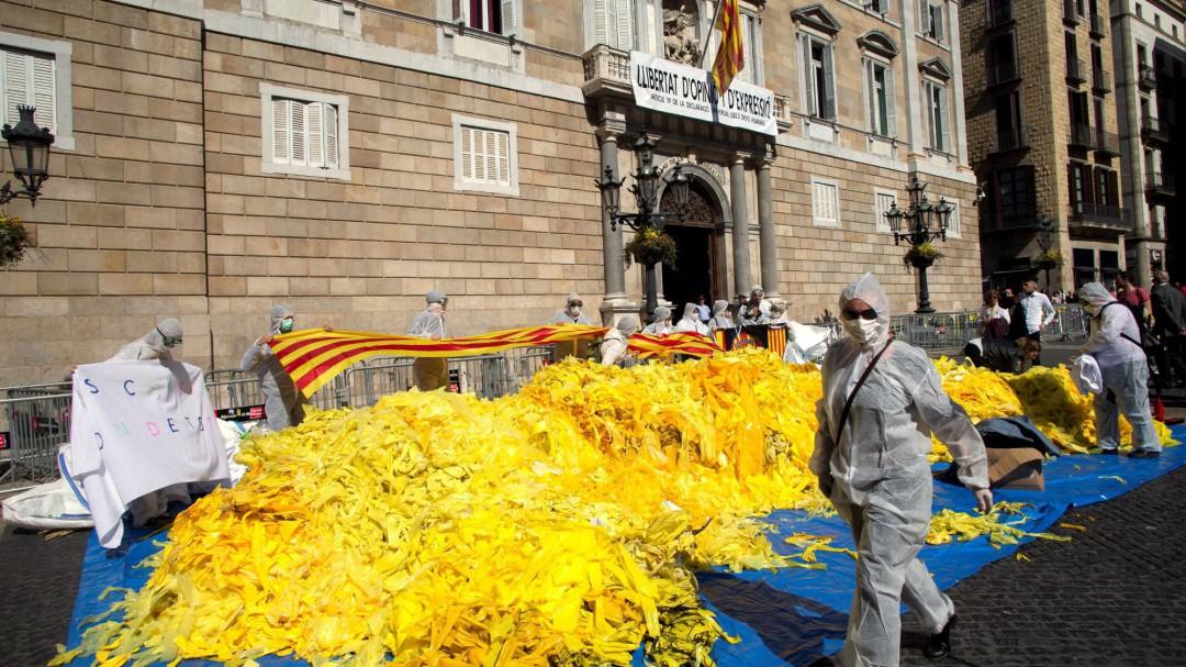 Antiindependentistas vuelcan ante el Palau de la Generalitat miles de lazos