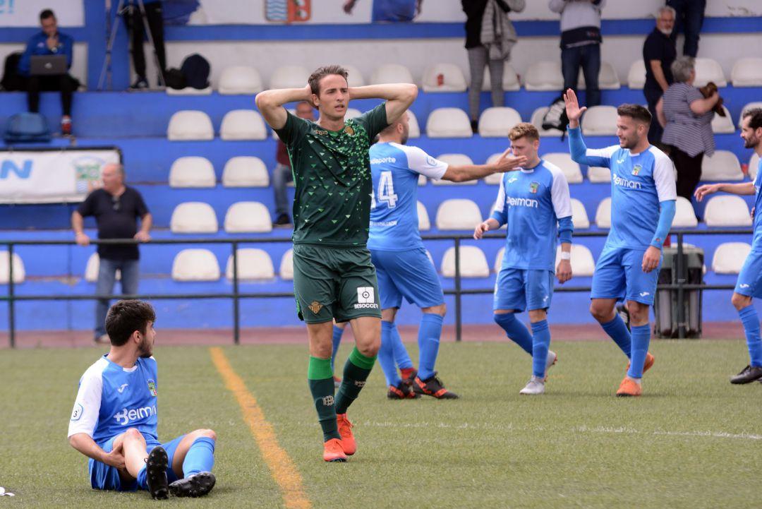 f40831fb8 El CD Guadalcacín celebra uno de sus goles ante la desesperación de un  jugador del Betis