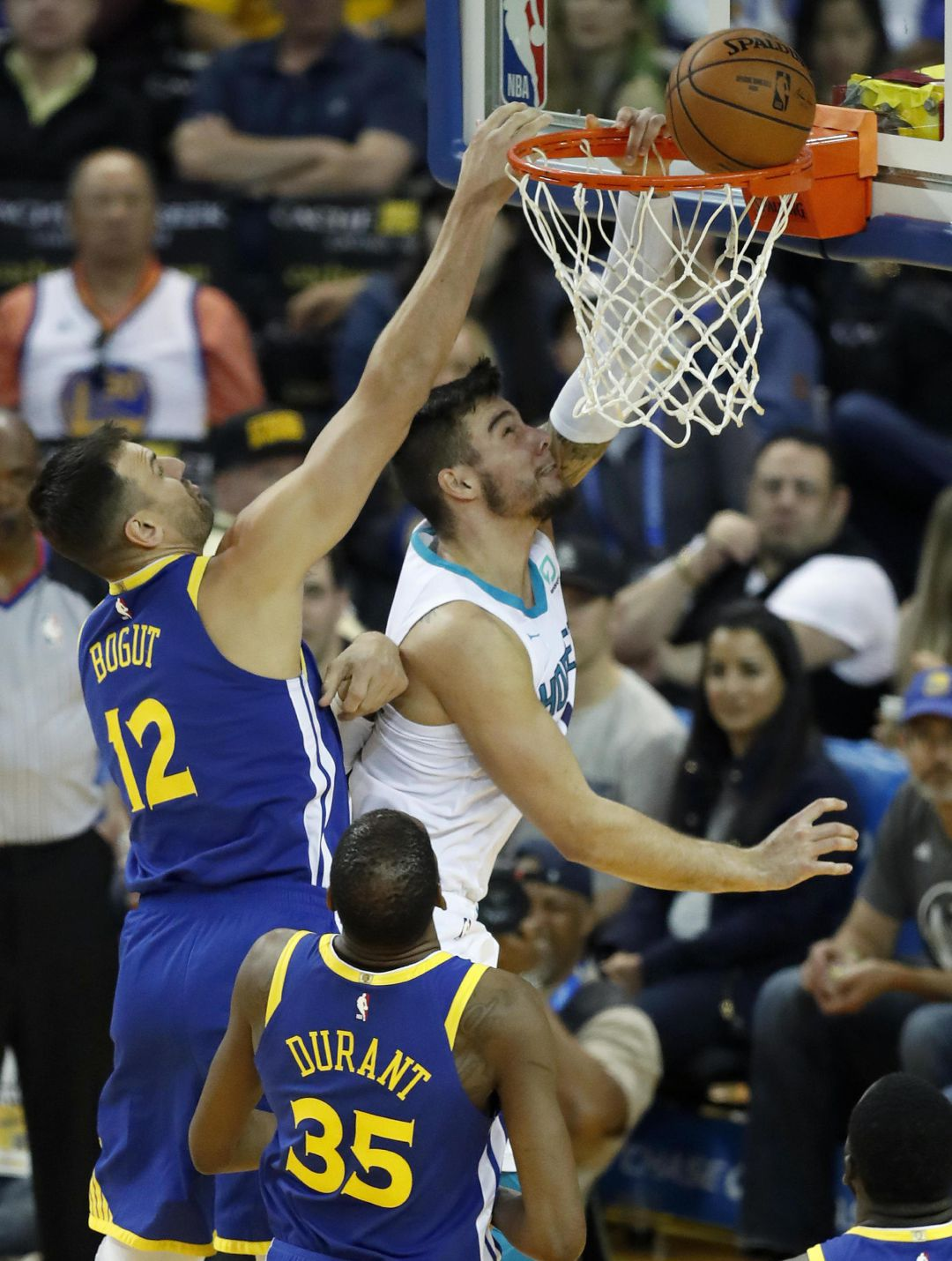 Willy Hernangomez intenta anotar ante la presencia de Andrew Bogut