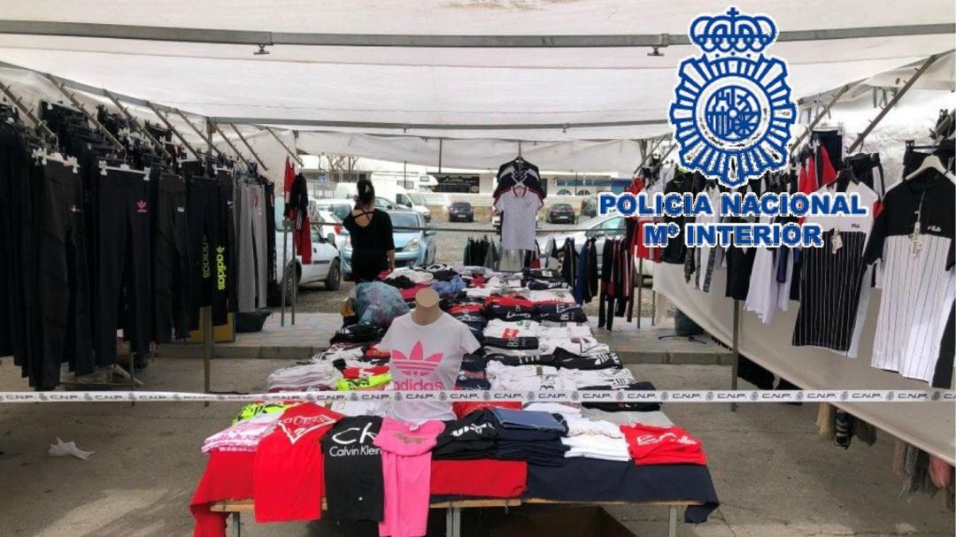 71ad9c64fc6e Detenidas 22 personas por vender artículos con marcas falsificadas en el  mercadillo