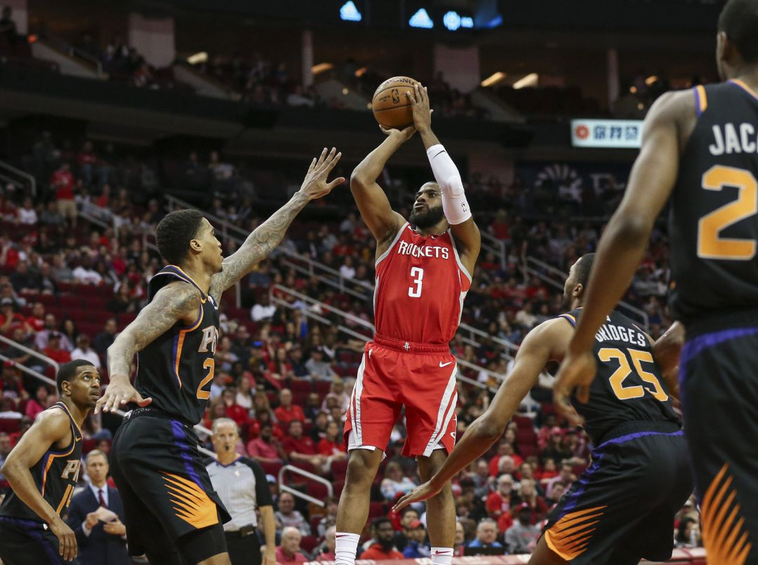 Chris Paul tira a canasta en el partido entre Houston y Phoenix.