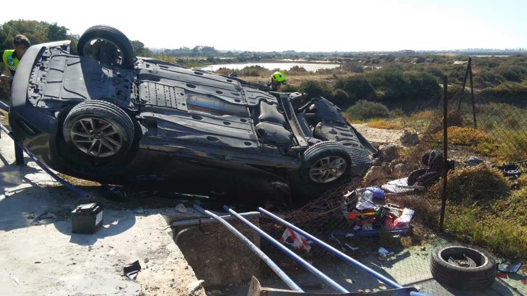 Vuelca un turismo en un accidente triple en Chiclana
