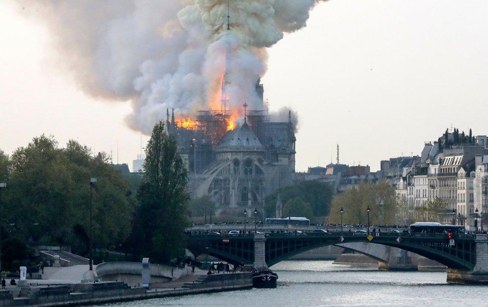 Un gran despliegue de bomberos trata de controlar las llamas