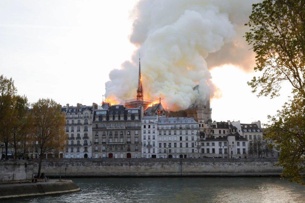 Según las primeras informaciones aportadas, el incendio puede estar ligado a las obras que se están efectuando en el tejado de la capital