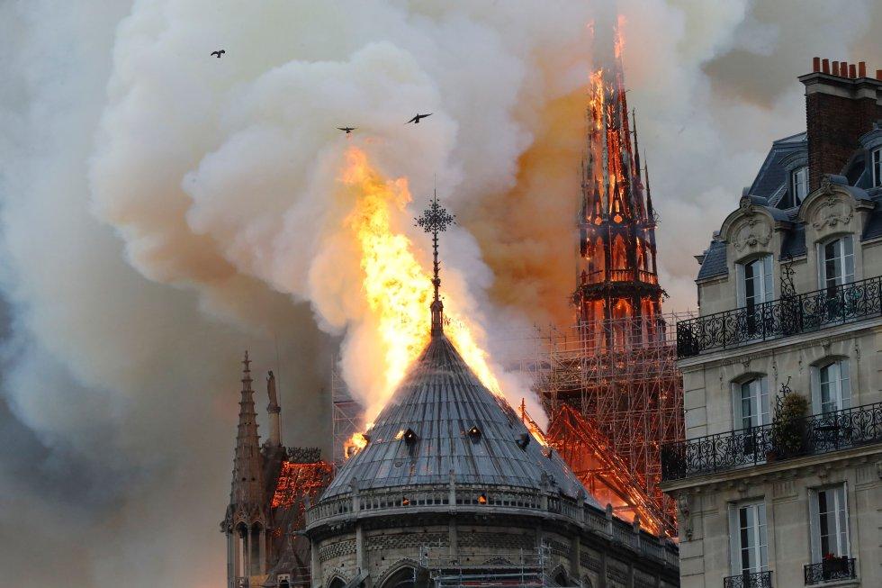 La aguja del templo, que estaba rodeada de un andamiaje por las obras, se encuentra envuelta en llamas