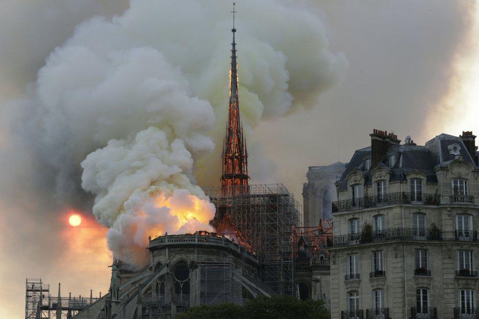 Las llamas aparecieron sobre las 18.50 de la tarde, poco después de la hora de cierre al público del monumento