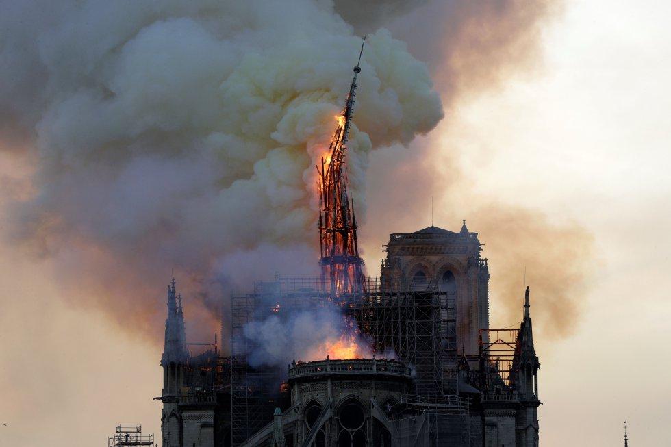Momento en el que la aguja central de la catedral se derrumba