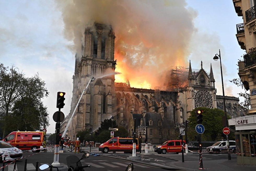 La catedral gótica de Notre Dame, situada en una de las islas del Sena, en el centro de París, se empezó a construir en 1163 y se terminó en 1345