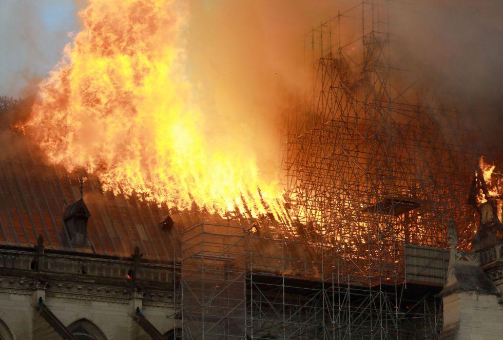 """""""La nueva República Francesa tomó la Catedral de Notre Dame como un símbolo porque había quedado literalmente destrozada en la época de la Revolución e incluso antes. Durante la Ilustración, en el siglo XVIII, se derribaron los portales góticos y las vidrieras para que entrara una nueva luz. La restauración fue algo que impactó realmente"""" ha comentado José Luis Corral a la Cadena SER"""