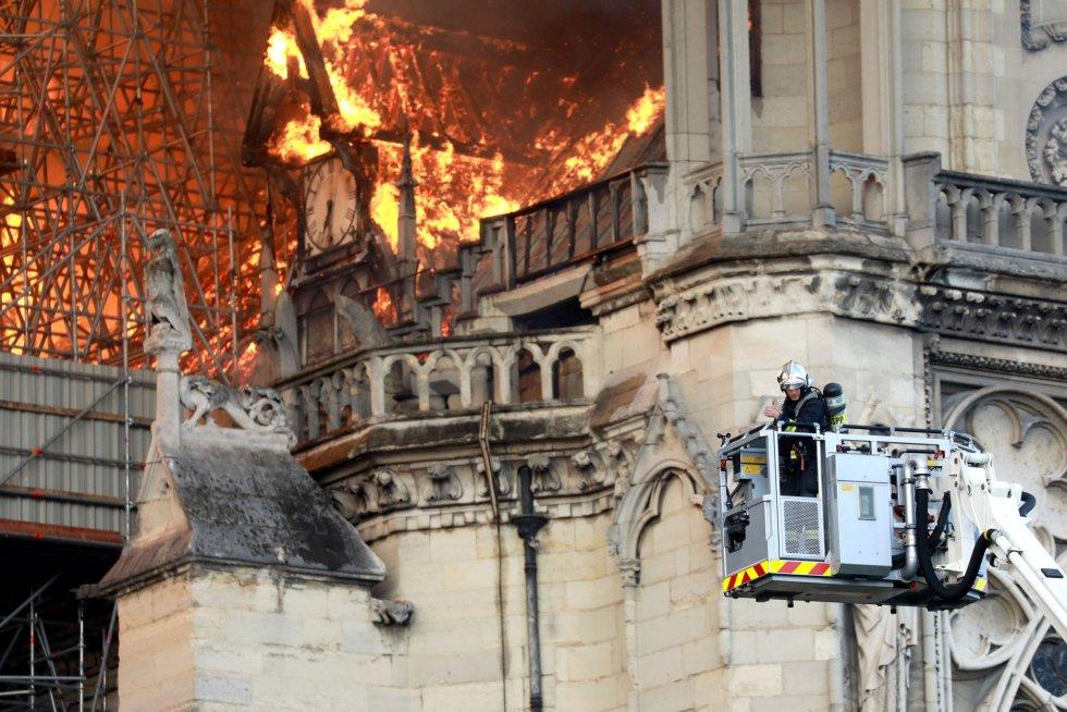"""La directora general de la Unesco, Audrey Azoulay, mostró su """"inmensa emoción"""" por el incendio que devastó buena parte de la cubierta de la catedral de Notre Dame de París, al tiempo que ofreció el apoyo de su institución para su restauración."""