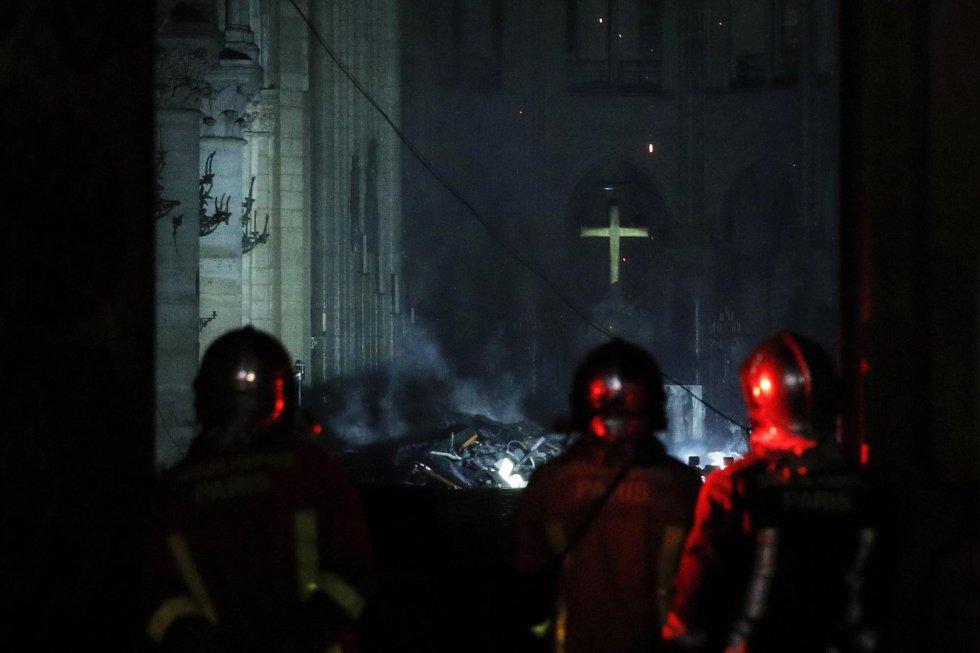 Bomberos franceses entran a Notre Dame tras el devastador incencio del 15 de abril.