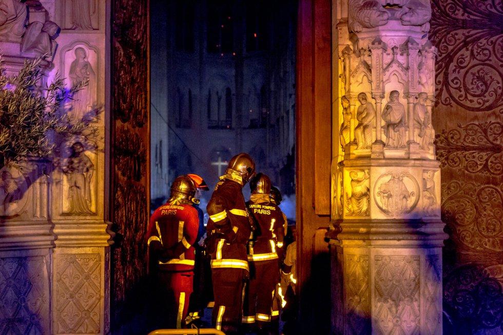Las llamas han destrozado la icónica catedral de París.