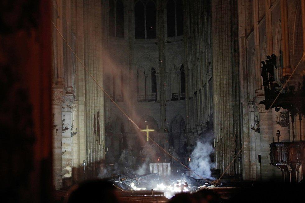 Humo en el interior de Notre Dame tras el incendio.