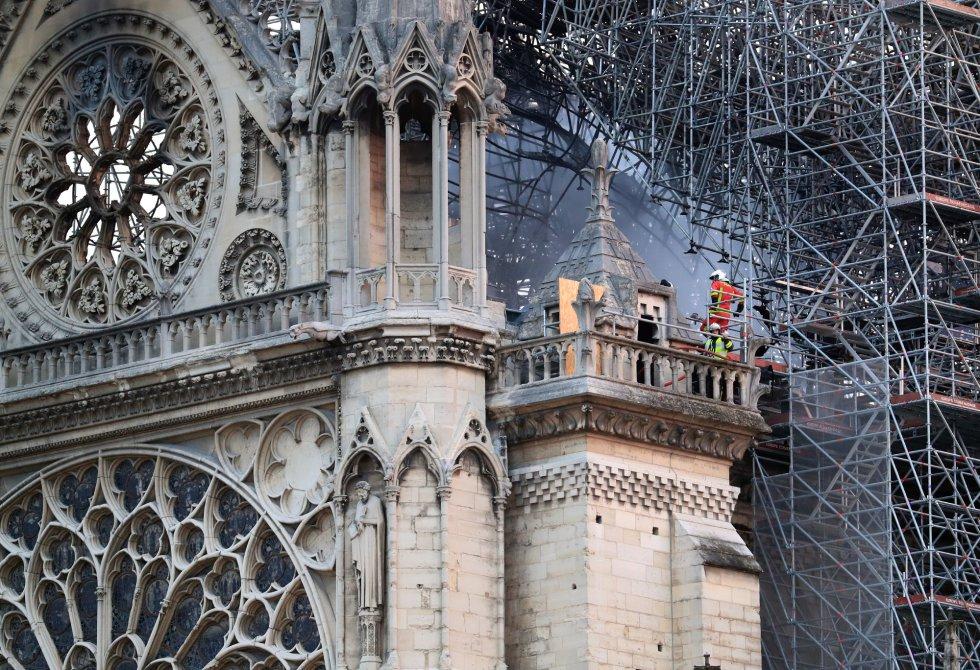 Los bomberos analizan los daños causados por el fuego en Notre Dame.