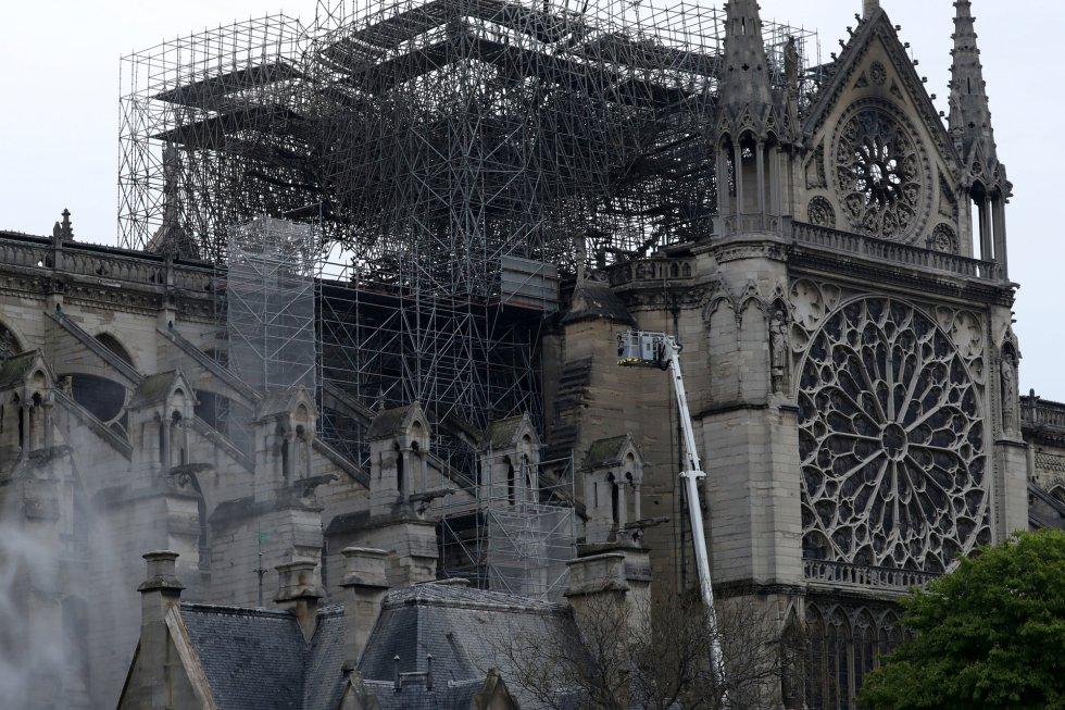 Así se ve la catedral el día después del devastador incendio en Notre Dame.