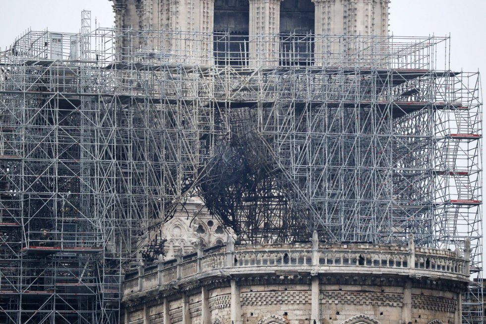 Vista de uno de los andamios destruidos por las llamas en la fachada de la catedral de Notre Dame.
