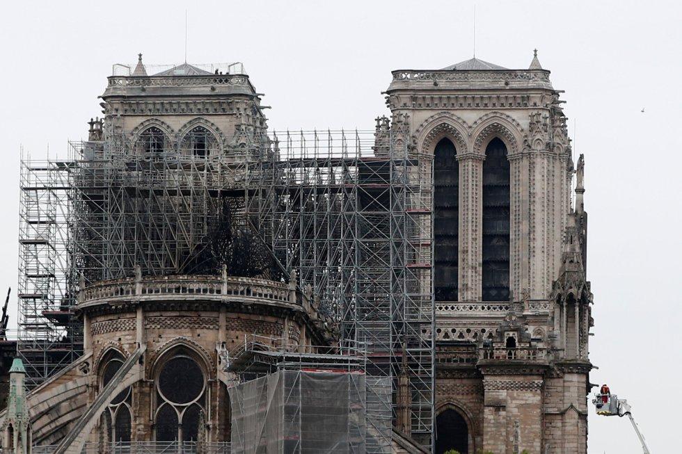 Andamios junto a las torres de Notre Dame.