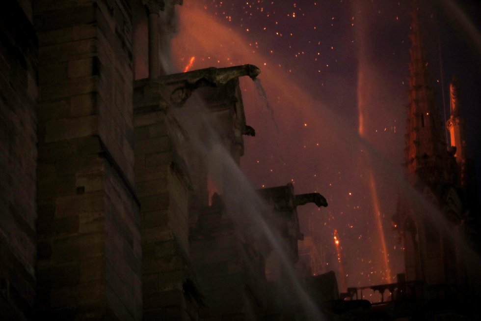 Así se vieron desde la nave central de Notre Dame los trabajos de extinción de los bomberos.