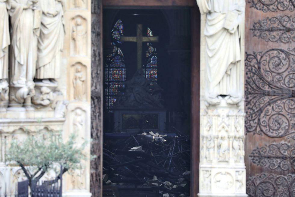 Imagen del interior de la catedral tomada desde la calle, el día después del incendio.