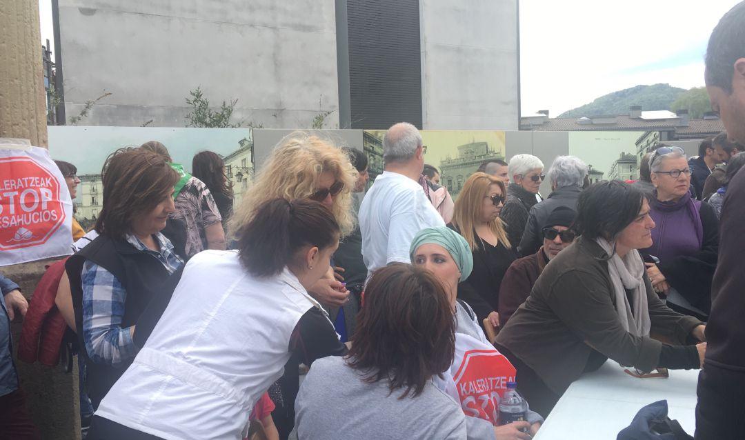 María José, vecina de Irun y enferma de cáncer, acampa en la Plaza San Juan rodeada de miembros de la plataforma Stop Desahucios para denunciar la situación que vive.