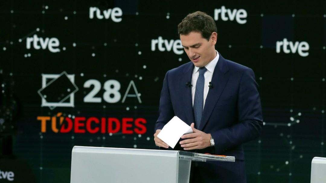 """Rivera, con una foto de Rato: """"Señor Casado, ¿sabe dónde está el milagro económico del PP? En la cárcel"""""""