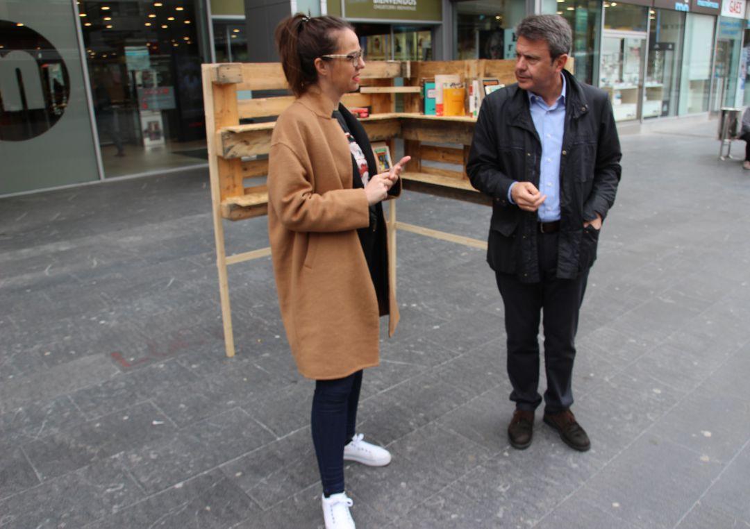 La dejada de Cultura, Juncal Eizaguirre y el alcade, José Antonio Santano, junto a uno de los soportes para compartir libros en la calle.