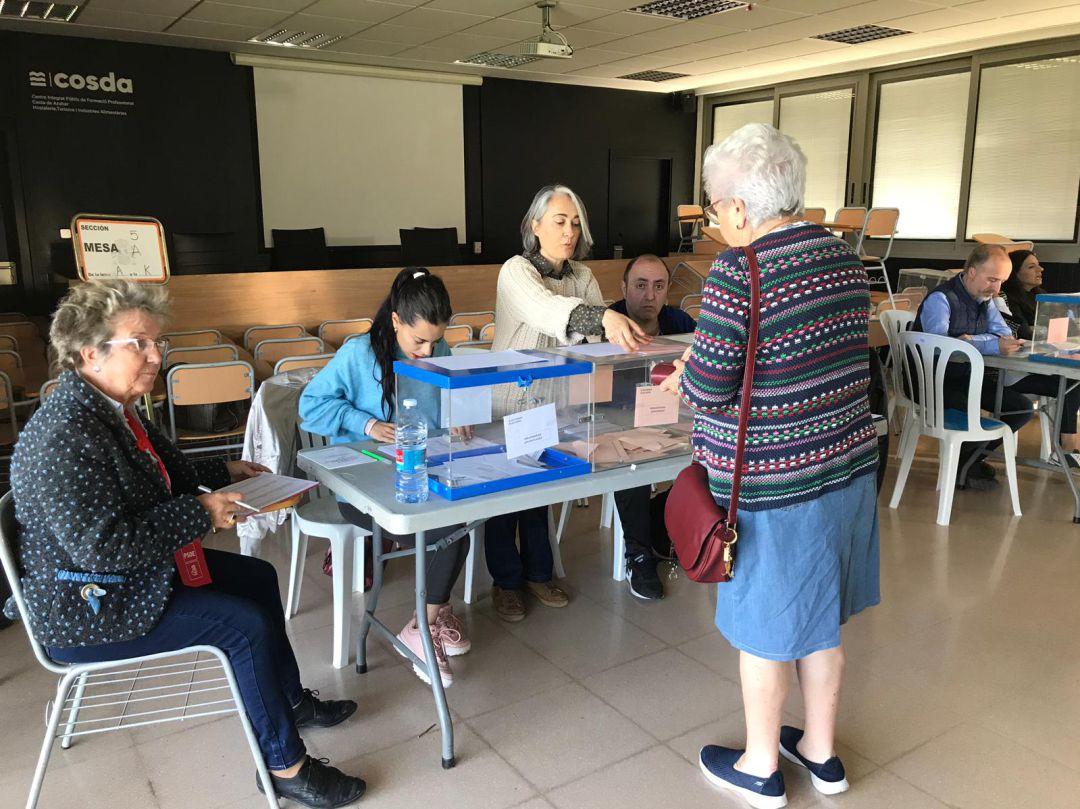 Los colegios electorales han abierto a las 9:00. En la imagen, un centro escolar del Grao de Castelló