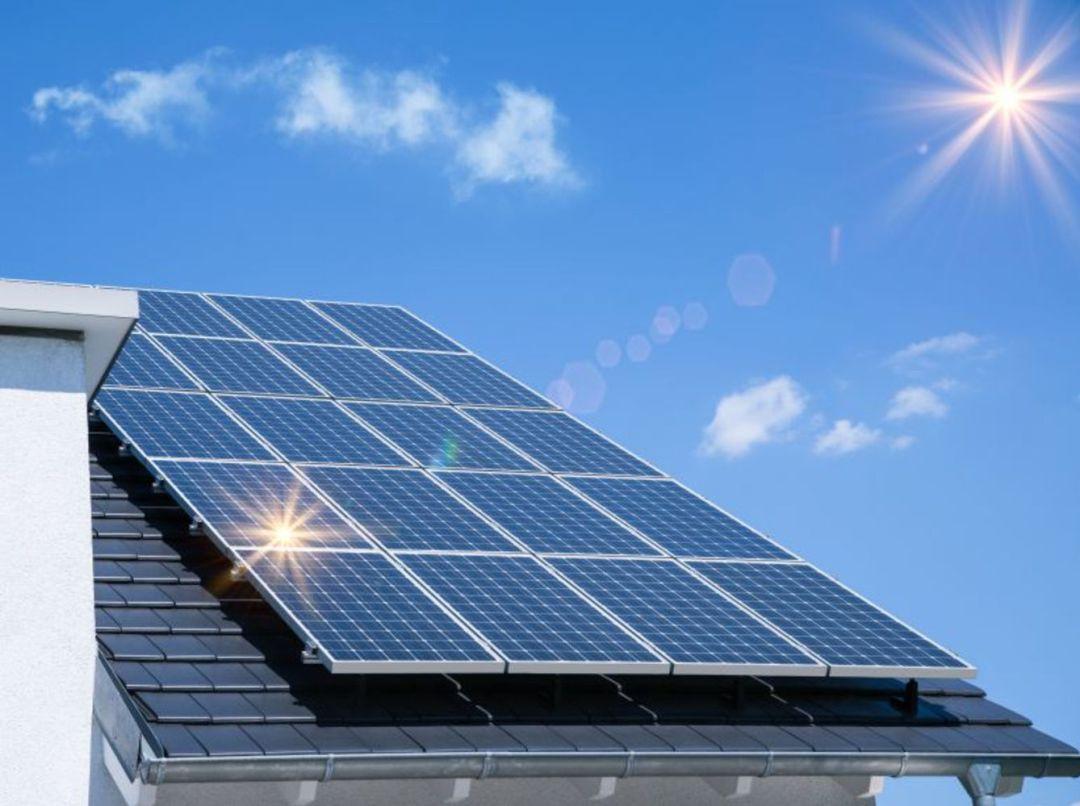 Placas solares colocadas en un edificio.