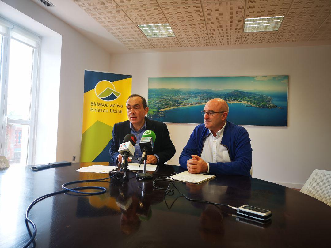 Miguel Ángel Páez, presidente de Bidasoa Activa y Juan María Altuna, vicepresidente, en la rueda de prensa sobre la Semana del Empleo.