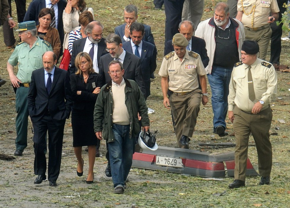 La lucha contra ETA fue uno de los legados más destacados de Rubalcaba como vicepresidente y como Ministro del Interior. Spanish Interior Minister Alfredo Perez Rubalcaba (L) and Defense Minister Carme Chacon (2nd L) pass next to a debris of a car as they visit the site where a suspected ETA car bomb exploded outside a military academy in the town of Santona in the northern Cantabria region, near Santander, on September 22, 2008, killing a Spanish soldier and injuring another. The attack follows two suspected ETA car bomb attacks on September 21. AFP PHOTO/PHILIPPE DESMAZES (Photo credit should read PHILIPPE DESMAZES/AFP/Getty Images)