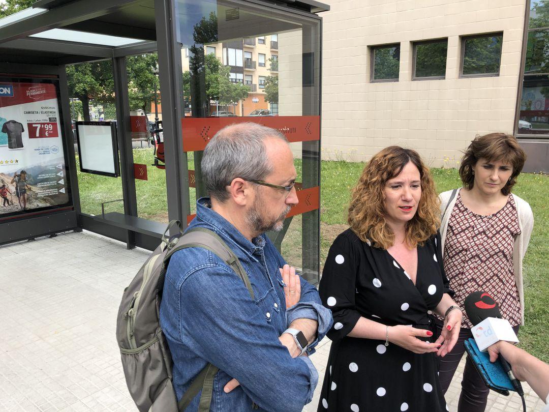 La delegada de Movilidad, Cristina Laborda, en la presentación de las nuevas marquesinas que se están colocando ya en las distintas paradas de Irun.