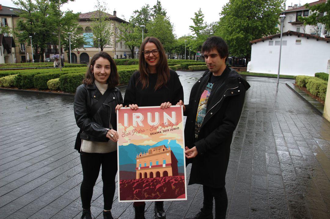 La delegada de Cultura, Juncal Eizaguirre, con Ana Eguiazabal y Alberto Calvo, los jovenes iruneses creadores del cartel ganador.
