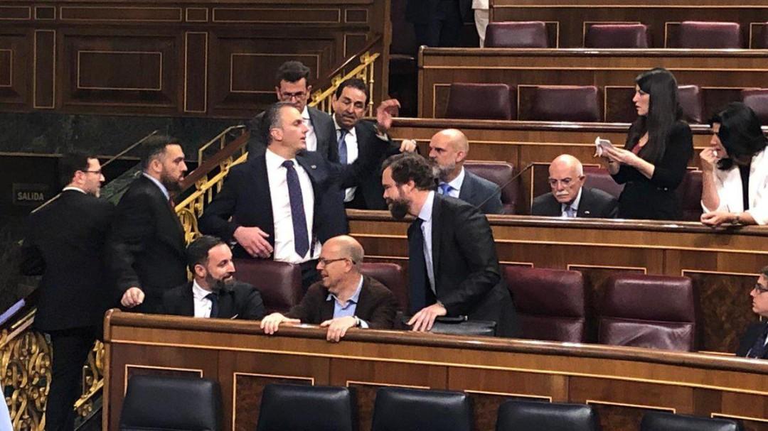 Los diputados de Vox ocupan los escaños del PSOE en la sesión constitutiva de las Cortes